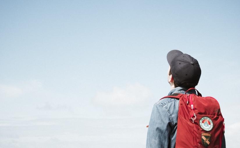 空を見上げる旅人